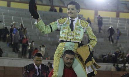 Angelino de Arriga, dos orejas y salida a hombros