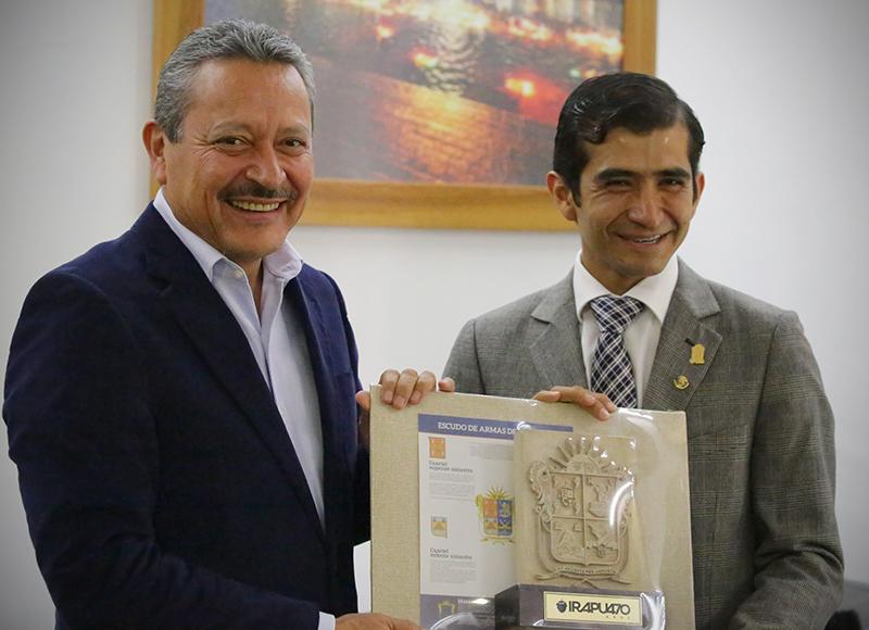 Joselito recibe el escudo de la Ciudad de Irapuato