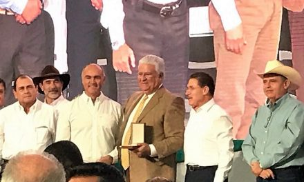 Manuel Sescosse recibe Medalla al Mérito Ganadero