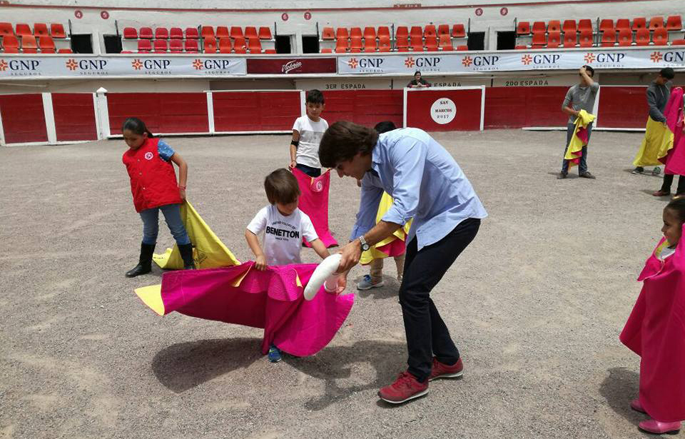 Fabian Barba convive con la niñez de Aguascalientes