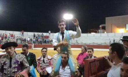 El novillero mexicano Arturo Gilio salió a hombros en Dos Torres