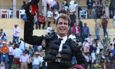 Orejas entusiastas y salida a hombros de Arturo Macías
