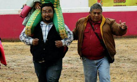 """Dos orejas y salida a hombros de """"Calita"""" en Atizapan"""