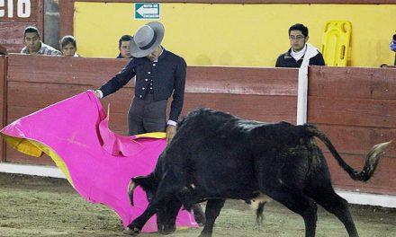 Angelino de Arriaga y Mari Paz Vega cortan oreja