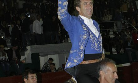 Hermoso de Mendoza sale por volandas