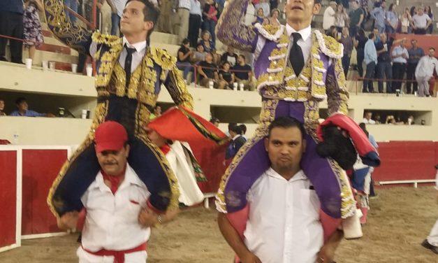 """""""El Zapata"""" y """"El Chihuhua"""" fueron paseados a hombros"""