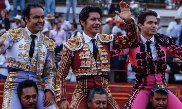 """Salen a hombros """"El Zapata, Angelino y """"El Chihuahua""""."""