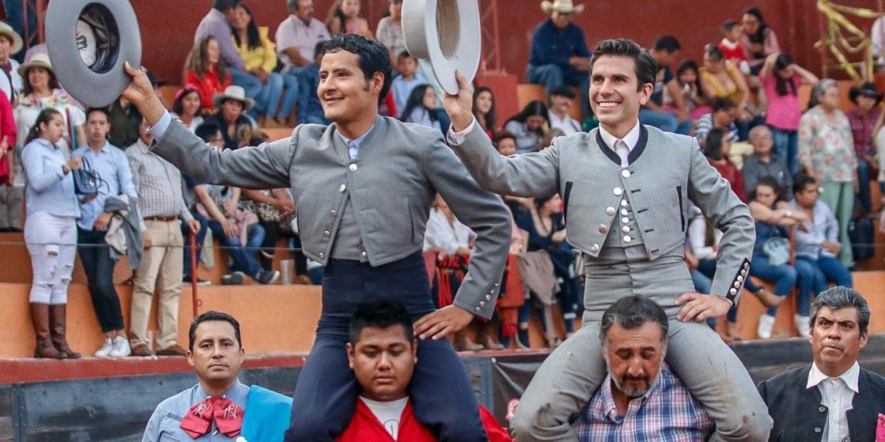 Angelino de Arriaga y Lorenzo Garza a hombros