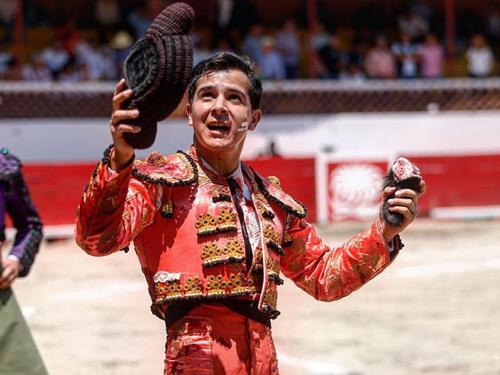 Alejandro Moreno corta oreja