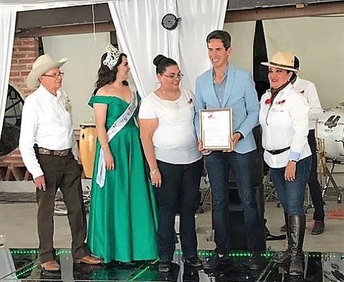 Diego Silveti recibe premio como triunfador de Autlán