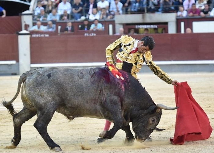 Emilio de Justo corta una oreja
