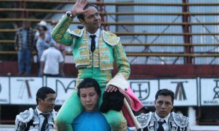 José Luis Angelino sale a hombros