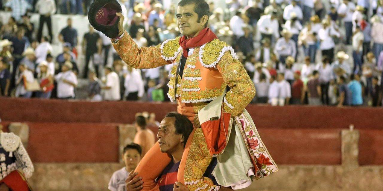 Tres orejas y trofeo en disputa de Joselito