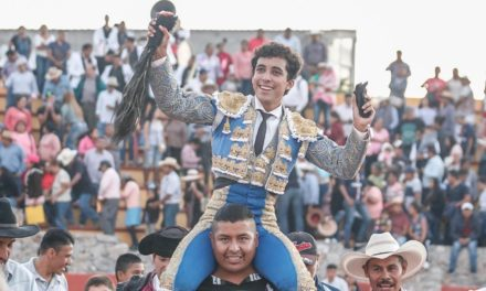 Sale en volandas Leo Valadez