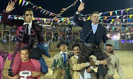 Salen a hombros Casas y Romero en Temax