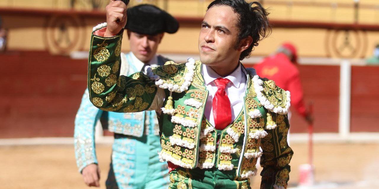 José María Macías pasea una oreja