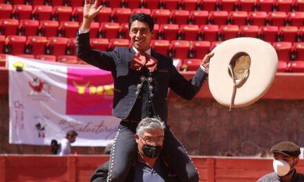 Sergio Flores sale a hombros