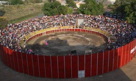 Diestros mexicanos inauguran coso portátil
